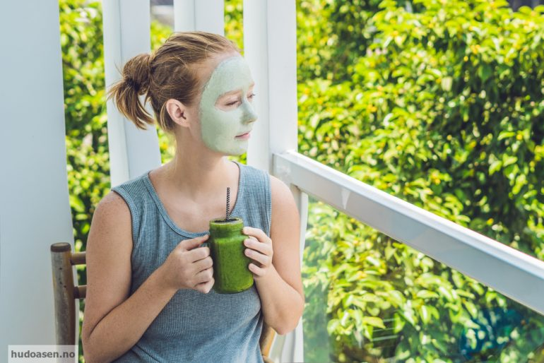 Ansiktsmaske og grønn smoothie